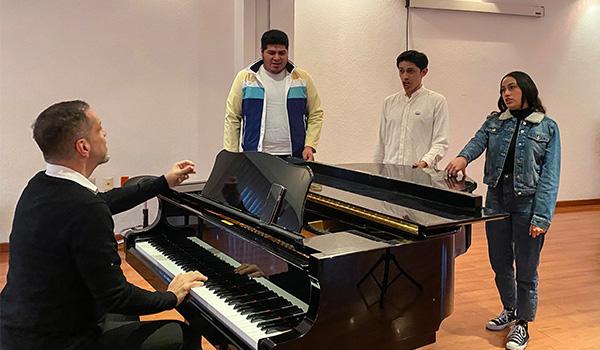 Estudiantes de la UDLAP se reúnen con el artista Gerardo Nolasco